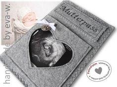 """Mutterpasshülle aus hochwertigem 100% Wollfilz, bestickt mit """"Mutterpass"""".  In der Hülle ist Dein Mutterpass bestens geschützt und das Zeigen der ersten Ultraschallbilder macht doppelt Spaß!"""