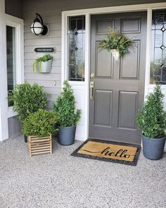 Front Porch Landscape, Front Porch Plants, Summer Front Porches, Small Front Porches, Farmhouse Front Porches, Front Porch Flowers, Front Of House Plants, Summer Porch Decor, Spring Decorations