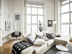 quadri sullo sfondo. magari 2 o 3 tra finestre, cornici semplici e stampa colorata