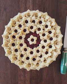 decorative pie crusts flower cut outs Tarte (Pie) 16 Intricate Pie Crusts That Are (Almost) Too Pretty to Eat Pie Dessert, Dessert Recipes, Beautiful Pie Crusts, Pie Crust Designs, Pie Decoration, Pies Art, Pie Crust Recipes, Sweet Pie, No Bake Pies