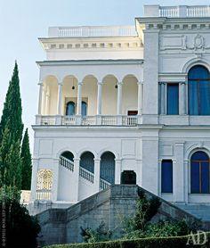 Ливадийский дворец для императорской семьи построил в 1911 году крымский архитектор Николай Краснов.