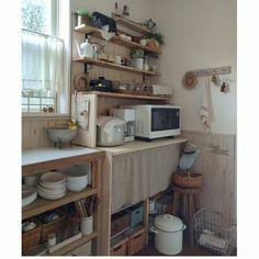 私の一番頑張ったDIYはこの食器棚 造り付けのバックカウンターだから市販の食器棚は幅が合わないし、素敵なのは高いし、ディスプレイ収納もしたいし… 部屋の雰囲気に馴染むようにするにはDIY! って事で頑張りました( •̀ᄇ• ́)ﻭ✧ DIYした板壁も一緒に手作り感ハンパないけど大好きなキッチンです❤2016/04/03/朝の1枚/ブログやってます(*Ü*)/古いもの/DIY板壁…などのインテリア実例 - 2016-04-03 09:25:10 | RoomClip(ルームクリップ)