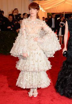 Pin for Later: Die beeindruckendsten Outfits der Met Gala Florence Welch in Alexander McQueen bei der Met Gala 2012 Die Sängerin von Florence and the Machine trug 2012 ein aufwendig besticktes Kleid von Alexander McQueen.