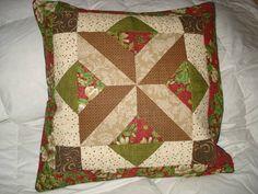 Capa para almofada em patchwork. Parte de trás em formato de envelope e frente composta de patchwork, manta acrílica e forro. Pode ser feita sob encomenda com variação de tecidos e cores.Sujeito a troca de tecidos.