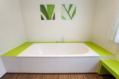 Fugenlose Wandverspachtelung in zwei Farben und Designbelag-Fußboden. Grün bringt ein frische Gefühle. #badezimmer #fugenlos Bathtub, Bathroom, Full Bath, Bathing, Standing Bath, Washroom, Bathtubs, Bath Tube, Bath