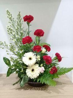 Large Flower Arrangements, Flower Arrangement Designs, Flower Designs, Church Flowers, Funeral Flowers, Arreglos Ikebana, Valentines Flowers, Deco Floral, Floral Centerpieces