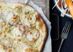 Ugens tirsdagsopskrift er kartoffelpizza med sprød salat. Få opskriften her