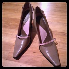 """‼️‼️ON SALE‼️‼️Kenneth Cole New York Pumps Previously loved pewter in color trimmed in light pink cushioned in sole 3-4"""" chunky heel has some water marks on back of shoes shown in pic Kenneth Cole Shoes Heels"""