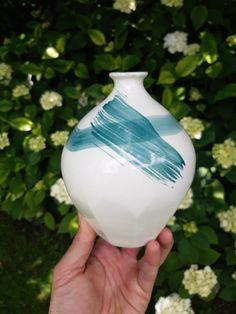Porcelain Vase, Ceramic Artists, Christmas Bulbs, Ceramics, Holiday Decor, Green, Home Decor, Ceramica, Homemade Home Decor