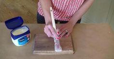 En appliquant de la Vaseline sur du bois, elle réalise une technique de peinture incroyable!