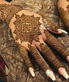For the brides who think less is more,here are some mehendi designs that are sure to brighten up a minimalist Indian bride's wedding day.Tag your besties who should totally go for this. Easy Mehndi Designs, Latest Mehndi Designs, Bridal Mehndi Designs, Full Hand Mehndi Designs, Mehndi Designs For Fingers, Beautiful Henna Designs, Mehndi Design Pictures, Dulhan Mehndi Designs, Henna Tattoo Designs