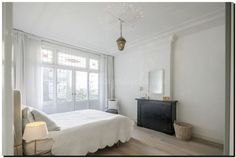 Inspiratie voor slaapkamer. Boogspiegel wit boven schouw in slaapkamer. Spiegel te koop bij: http://www.barokspiegel.com/venetiaanse-spiegels/toogspiegel-leontina