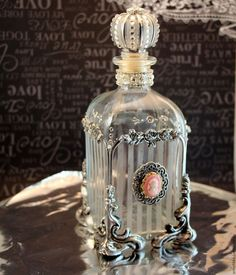Discover thousands of images about Apskatīt ziņojumu - Inbox Mail Diy Bottle, Wine Bottle Crafts, Bottle Art, Antique Perfume Bottles, Vintage Bottles, Bottles And Jars, Glass Bottles, Perfumes Vintage, Altered Bottles