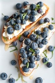 """Great inspiration for a brunch """"bruschetta""""! (Pictured: Grilled ciabatta, ricotta cheese, fresh blueberries, organic honey and mint. I Love Food, Good Food, Yummy Food, Ciabatta, Little Lunch, Blueberries, Raspberries, Bruschetta, Food Inspiration"""