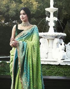 Adorned with pearls and Russian Emeralds, embodies the young royalty in the gorgeous multi crescent Polki choker by… Indian Dresses, Indian Outfits, Pakistani Dresses, Indische Sarees, Bandhani Saree, Stylish Sarees, Saree Look, Elegant Saree, Saree Dress