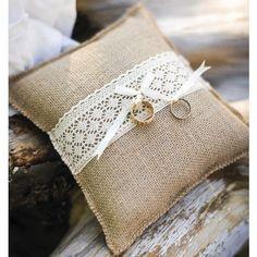 Coussin porte alliance en jute dentelle - Ropa Tutorial and Ideas Wedding Ring Cushion, Wedding Pillows, Burlap Runners, Ring Holder Wedding, Wedding Rings, Diy Crafts To Do, Ring Pillows, Rustic Wedding Dresses, Rustic Weddings