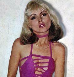 Debbie Harry 1977 in Plastic Letters dress. First Rapper, Blondie Debbie Harry, Estilo Rock, Nostalgia, The Clash, Female Singers, American Singers, Beautiful People, Celebs