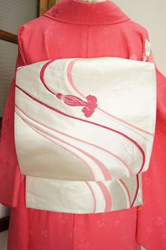 Oriental elegance: Pink Japanese Kimono Flower ~~ For more:  - ✯ http://www.pinterest.com/PinFantasy/moda-~-elegancia-oriental-oriental-elegance/