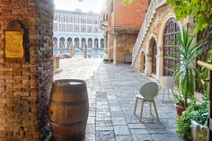 Let's visit together my favourite places in Venice, Venice best osteria and other unusual places with the project #styleyourcity: take note!  ITALIANBARK blog #venice #venezia #calligaris #chairs