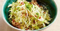 Für diesen klassischen Krautsalat sollten Sie den Kohl sehr fein hobeln.