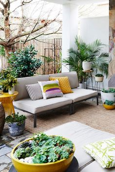 Use colorful pillows and accessories to add a summer touch to your patio. Outdoor Rooms, Outdoor Living, Outdoor Furniture Sets, Outdoor Decor, Deck Decorating, Decorating Your Home, Interior Exterior, Interior Design, Porches