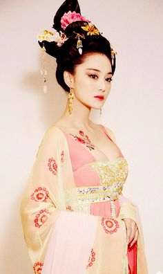 Ancient Chinese fashion and modern dress. Fan Bing Bing as Tang Dynasty Empress Wu Zetian Hanfu, Cheongsam, Traditional Fashion, Traditional Dresses, Traditional Chinese, Asian Woman, Asian Girl, Asian Ladies, Wu Zetian
