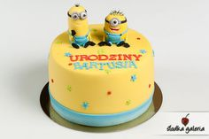 Cake with minions topper