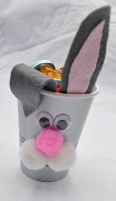 bricolage de Pâques: lapin fait en verre en plastique