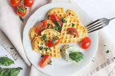 Parmesanwaffeln mit Basilikumdip [Parmesan waffles with basil dip - Scroll down for English recipe] Food Blogs, Avocado Toast, Parmesan, English Food, Basil, Waffles, Dips, Vegetarian Recipes, Muffin