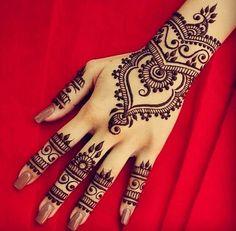 >> Henna Hand Artwork