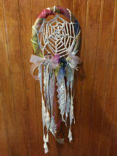 Atrapa sueños de crochet y seda de colores. CLP 15.000 Tilonka Lanas