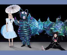 Hal Fowler encarna a lagarta ao lado de Kendall em Dior alta-costura - essa sentada é a nova versão de Alice na montagem, Aly, encarnada por Lois Chimimba