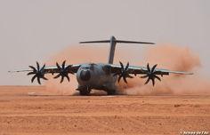 Atterrissage sur terrain sommaire à Madama