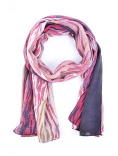 Dámsky módny šál je určený na celoročné použitie. Pôsobí elegantne, je ľahký a príjemný na dotyk. Šály od slovenskej značky JUSTPLAY sú nekrčivé a hodia sa ku väčšine oblečenia. Materiál: 70% polyester, 30% bavlna