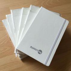 Unsere neuen Werbemittel sind angekommen...  Von nun an gehören auch Notizbücher im Format DIN A5 zu unseren kleinen Kundenpräsenten...  In schickem weiß mit dezentem Logo... Uns gefällt es.. was meint Ihr?