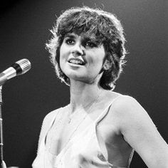 See the latest images for Linda Ronstadt. Listen to Linda Ronstadt tracks for free online and get recommendations on similar music. Linda Ronstadt, Playlists, Country Singers, Country Music, Women Of Rock, Women In Music, Foto Art, Beautiful Voice, Beautiful Redhead