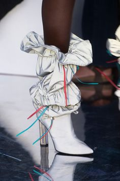 Byblos at Milan Fashion Week Spring 2019 - Details Runway Photos - Daily Fashion Fashion Pants, Fashion Shoes, Women's Fashion, Fashion Tips, Fashion Trends, Fashion Design, Fashion 2018, Fashion Jewelry, Fashion Watches