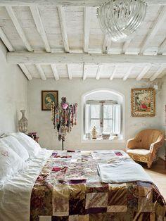 Return To The Origins: Charming Country House Toscanassa eklektinen sisustus House Styles, Modern Bedroom Design, Interior, Eclectic Interior, Tuscan Style, Bedroom Decor, Feminine Bedroom, Beautiful Bedrooms, Home Decor