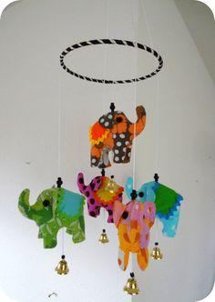 Sy selv den sødeste uro med cirkuselefanter til børneværelset, over puslebordet eller til legehjørnet i stuen. Den kan sys af alle dine stofrester, så den er billig at lave. Er sikker på, at din baby vil finde den meget fascinerende at betragte.