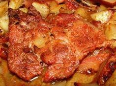 Verus konyhája: Szalonnával sült sertéstarja hagymás burgonyaágyon