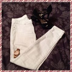 White G by Guess Pants Made by G by Guess, these Jaslyn Denim Leggings are a great fit! (So naturally there is no zipper) The tag is sadly cut...but I'm positive its a size 2. The inseam is 27 inches and across the waist is 12 inches so if doubled you can approx. actual waist size (size 2) ❤️ G by Guess Pants Skinny