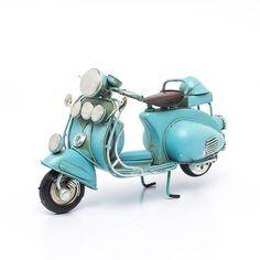Miniatura Lambreta Vintage Azul feita em metal para ser usada na decoração de ambientes. Clique e conheça nossa loja especializada em miniaturas!