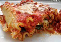 Una variación de la clásica lasaña - lasgna. Rollitos de pasta de lasaña rellenos de queso (ricotta o requesón) con espinaca y pepperoni con una salsa de tomate.