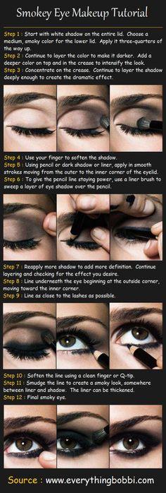 Oko kończy się tam, gdzie kończy się makijaż: dokładnie to zapamiętaj i powtarzaj przy okazji każdego smoky eye.   Jak to działa? Ciemny, przydymiony make up otwiera oko tylko, jeśli ma rozmyte i nieregularne granice. Końcowy efekt dodatkowo podkręci mocne podkreślenie dolnych kącików zewnętrznych.