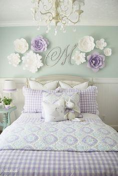 Habitación para niña decorada con letra y flores de papel