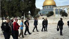 La policía escolta a visitantes judíos en el Monte del Templo o Haram al-Sharif. El Monte del Templo es sagrado para judíos y musulmanes.