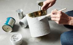 Rangements réalisés à partir de déchets recyclables : organiseur mural, boîtes de conserve peintes et boîtes à chaussures recouvertes de tissu