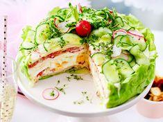 Salattorten sind wohl die schönste Art und Weise Salate anzurichten. Die Rezepte zu den zwei besten Varianten - eine sogar low carb - findest du hier! Salad Recipes, Diet Recipes, Snack Recipes, Healthy Recipes, Party Recipes, Cake Recipes, Buffet Party, Salad Cake, Ribs On Grill