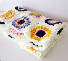 Baby Blanket DIY If I can do it so can you! Crochet an amazing and colorful sunburst granny squares baby blanket. Sunburst Granny Square, Granny Square Blanket, Granny Squares, Knitted Baby Blankets, Baby Blanket Crochet, Diy Blankets, Bazaar Crafts, Manta Crochet, Yarn Crafts