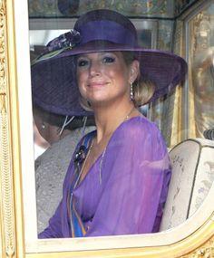 Máxima, reina de Holanda, con pamela sinamay en tonos morados